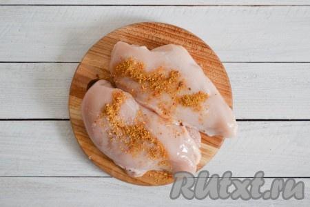 Куриное филе зачистить от пленок и вымыть, посолить по вкусу и приправить специями. Массажными движениями втереть специи в мясо.
