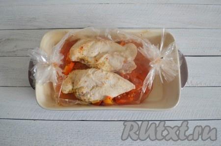 Сочное, нежное и очень-очень вкусное куриное филе, запеченное в рукаве, готово. А, благодаря овощам, блюдо получается еще и очень ароматным.