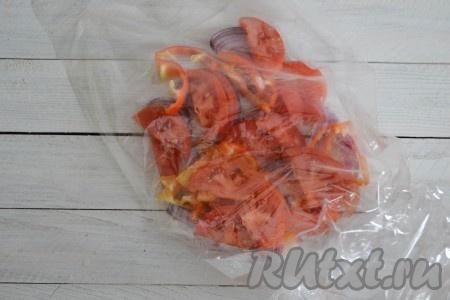 Отрезать рукав для запекания нужной длины и завязать с одной стороны. Во внутрь выложить овощную подушку - нарезанные лук, помидоры и перец.
