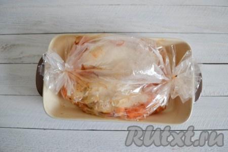Запекать куриное филе с овощами в разогретой духовке 15 минут при температуре 220 градусов.