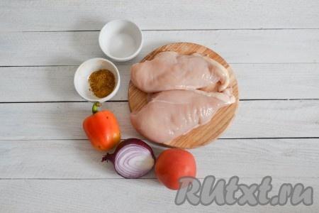 Подготовить необходимые ингредиенты для приготовления куриного филе, запеченного в рукаве в духовке.