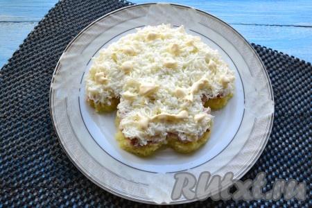 Нанести на курицу несколько точек майонеза, чтобы следующий слой салата не распадался. Следующий слой - натертые на мелкой терке белки (1-2 белка оставьте для украшения), чуть соли и немного майонеза.{amp}#xA;