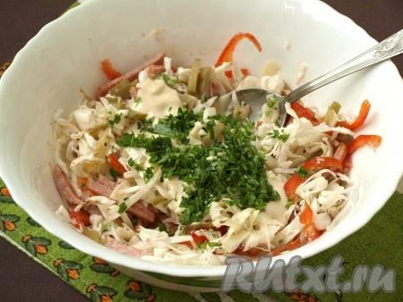 Добавить заправку в салат, перемешать. Затем добавить по вкусу соль и перец,измельченную петрушку и перемешать повторно.{amp}#xA;