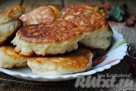 Вкусные, пышные оладьина ряженке, приготовленные без добавления яиц, понравятся всей семье.