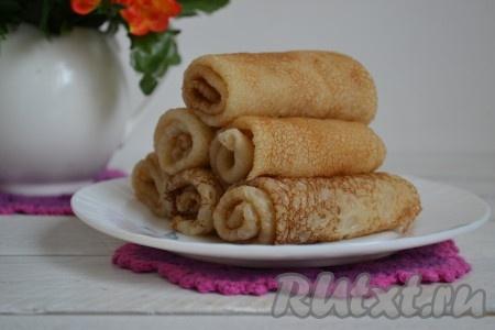 В такие блины можно завернуть любую начинку, а можно просто смазать сиропом или медом, свернуть трубочкой или конвертиком и подать на стол.