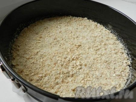 Разъемную форму для выпечки смазать маслом, на дно формы выложить слой овсяного теста.