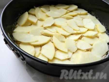 Затем на слой теста выложить нарезанные яблоки.