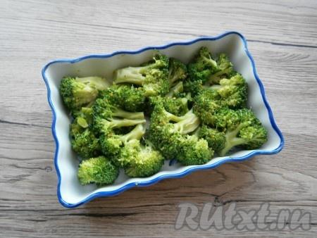 Разобрать брокколи на соцветия и выложить в небольшую форму для запекания (у меня размер формы 11х17 см).