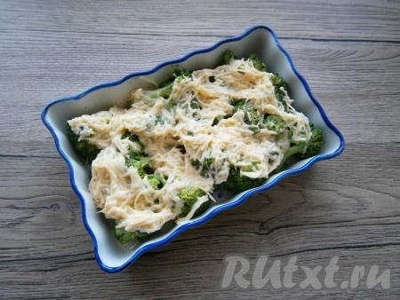 Этой смесью залить капусту брокколи, сверху немного сбрызнуть растительным маслом.