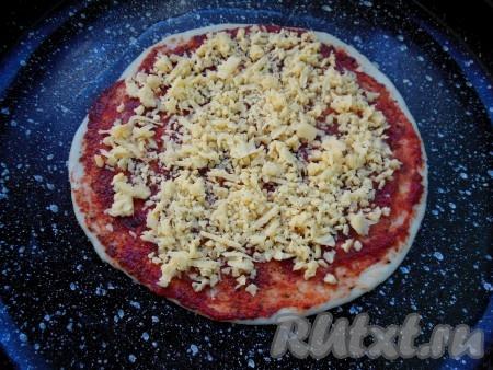 Выложите начинку на тесто по своему усмотрению, в моем случае это сыр, колбаса и оливки.
