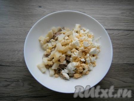 Яйцо, лук и вареную картошку очистить. К говядине добавить картофель, нарезанный кубиками, и рубленное вареное яйцо.