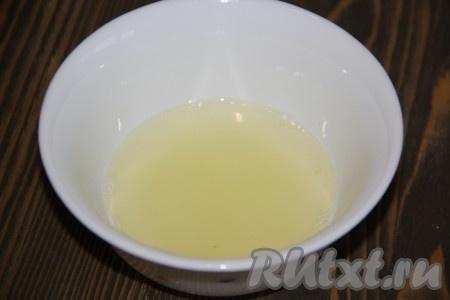 Из лимона выдавить, примерно, 50 мл сока.