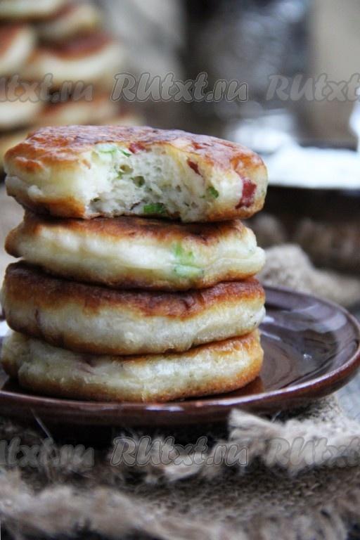 оладушки с колбасой на кефире с сыром