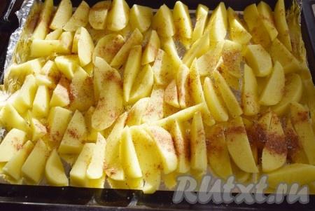 Полить подготовленный картофель растительным маслом и тщательно растереть руками, чтобы каждая картофелина была покрыта маслом.{amp}#xA;