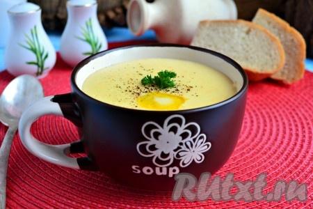 Прогреть суп-пюре на небольшом огне еще 2-3 минуты, выключить газ. Разлить вкуснейший и нежнейший суп-пюре из картофеля и плавленного сыра по тарелкам, немного поперчить, в каждую тарелку добавить по кусочку сливочного масла. Подать суп-пюре к столу. Не забывайте, что любой суп-пюре нужно готовить только на один раз.