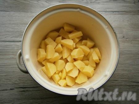 Морковь, картошку и лук очистить. Картофель, нарезав на кусочки, выложить в кастрюлю, влить воду и отправить на огонь. Довести до кипения, посолить, всыпать немного специй для супа, варить картофель 35-40 минут на слабом огне и с прикрытой крышкой.