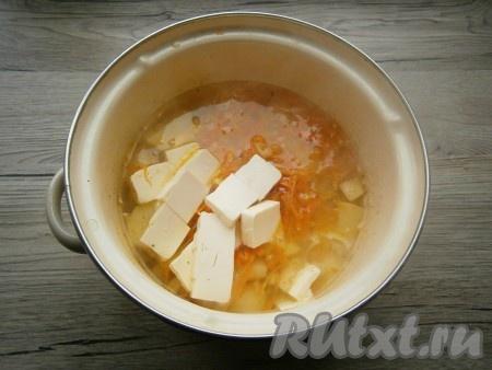 Овощи обжарить 4-5 минут на среднем огне, помешивая, затем добавить их в кастрюлю с готовым картофелем. Сюда же добавить нарезанный кубиками сливочный плавленный сыр.