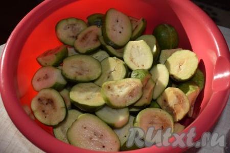 Отрезать хвостики и разрезать плоды на половинки.