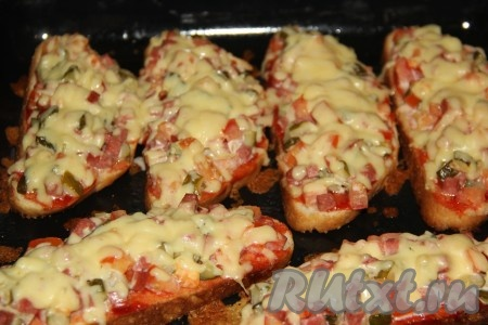 Запекать бутерброды с солеными огурцами, колбасой и помидорами в разогретой духовке при температуре 180 градусов до полного расплавления сыра. У меня время приготовления заняло 15 минут. Аппетитные, сочные бутерброды подать к столу в горячем виде.{amp}#xA;