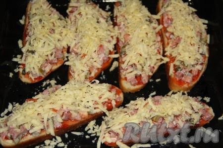 Сыр натереть на крупной тёрке и посыпать поверх начинки. Можно использовать сыр пластиночками и просто покрыть начинку.