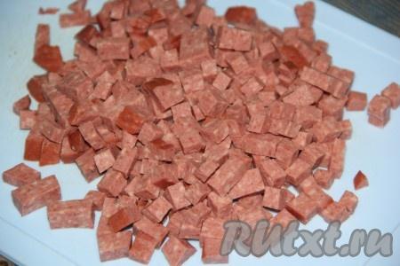 Колбаску нарезать мелкими кубиками.{amp}#xA;