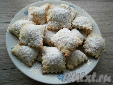 Выпекать печенье в разогретой до 180-190 градусов духовке около 20-25 минут. Готовое печенье остудить и посыпать сахарной пудрой.