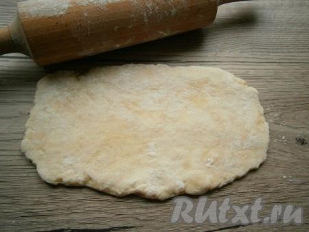 Затем разделить тесто на 8 частей. На присыпанном мукой столе каждую часть раскатать в прямоугольник толщиной около 5 мм.