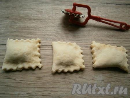 Разрезать фигурным ножом тесто на 3 части, чтобы начинка была по середине печенюшек. Края каждого получившегося печенья тоже обрезать (или хорошо закрепить).