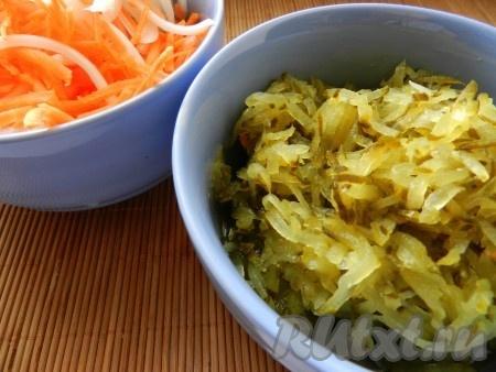 Порезать лук, морковь, огурцы натереть на терке.