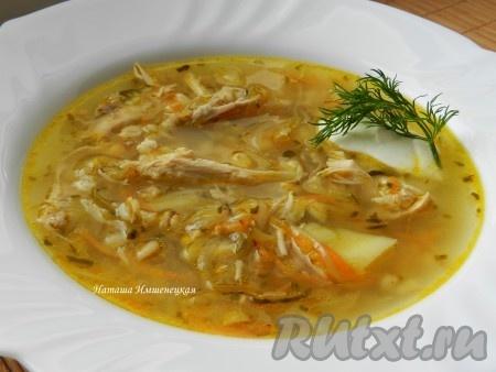 Вкусный, ароматный рассольник с солеными огурцами, приготовленный по этому рецепту, лучше подавать со сметаной и свежей зеленью.