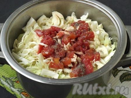 Нашинковать капусту и спустя время добавить её к картошке. Влить сверху томатный соус (у меня вместо соуса помидоры в собственном соку). Также добавить ещё соли и молотого перца, перемешать. Снова накрыть кастрюлю крышкой, убавить огонь и тушить капусту с мясом и картошкой 15-20 минут. Один раз открыть кастрюлю и перемешать содержимое.{amp}#xA;