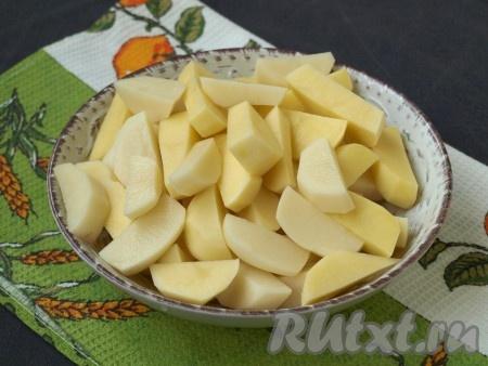 Крупными ломтиками нарезать очищенный картофель.{amp}#xA;