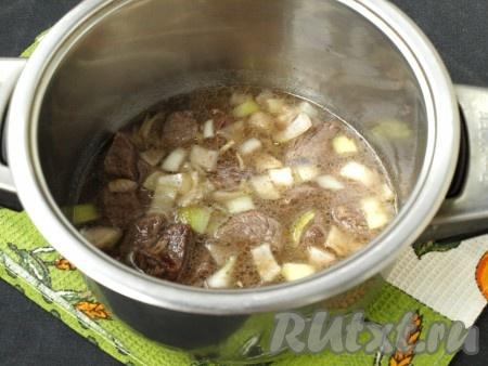 Переложить мясо с луком в кастрюлю, добавить воду так, чтобы она покрыла мясо полностью. Добавить молотый перец и соль, накрыть кастрюлю крышкой и готовить до того момента, пока мясо будет протыкаться вилкой (телятина будет легко прокалываться вилкой через 50-60 минут, свинина - минут через 40, куриное мясо - минут через 20).