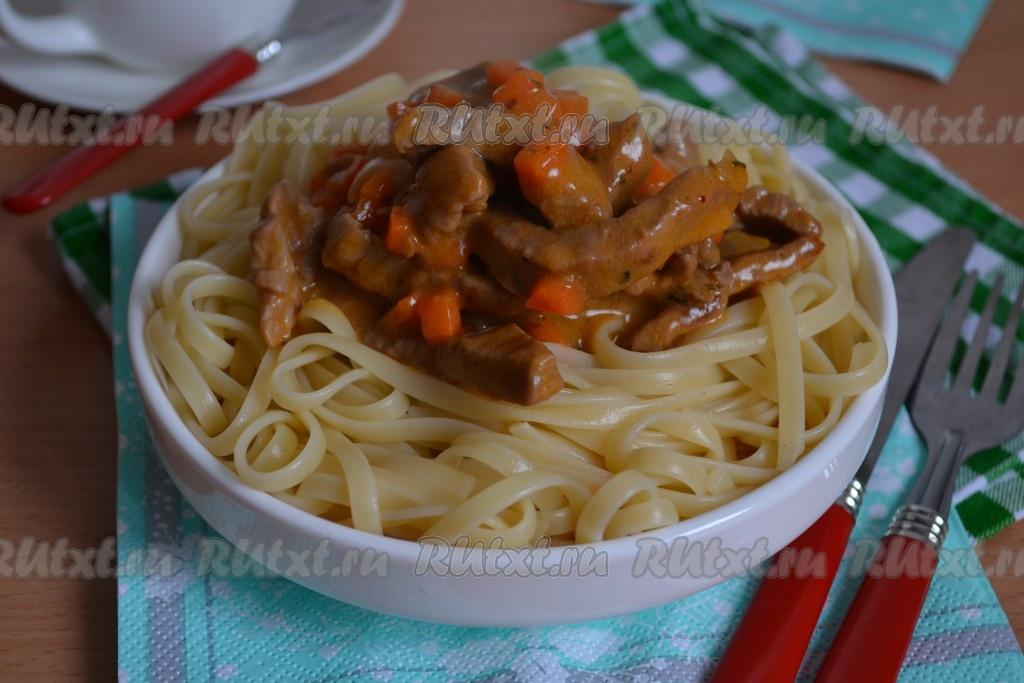 Тушеная свинина в густом соусе с макаронами: простой рецепт