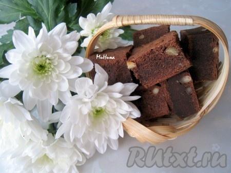 Такой высоты, как на фото, около 3-4 см, выпечка будет готова примерно через 20-25 минут. Этот пирог с шоколадом и орехами лучше как бы не допечь, чем пересушить! Остывший десерт разрезать на порционные кусочки. Любители вкусной выпечки обязательно оценят этот рецепт.