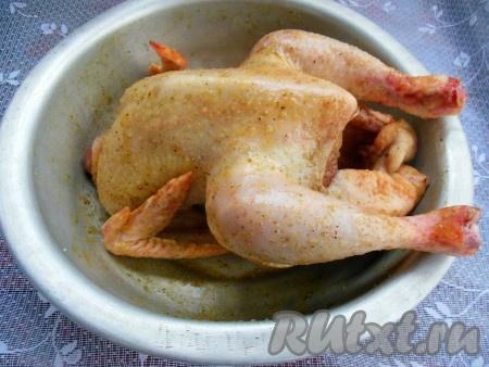 Натрите курицу снаружи и внутри медом, горчицей, солью и черным молотым перцем. Уберите в холодильник на 3 часа (я оставляю на ночь).{amp}#xA;