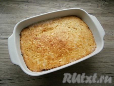 Выпекать заливной пирог с квашеной капустой в предварительно разогретой до 180 градусов духовке около 25-30 минут. Готовой выпечке дать остыть в форме до теплого состояния.