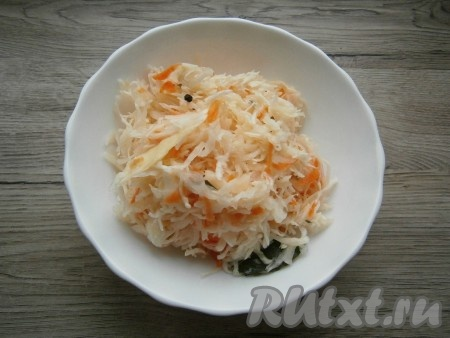 Квашеную капусту отжать от жидкости, удалить лавровые листики и перец горошком (если имеются).