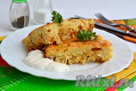 Затем необычайно вкусный и нежный заливной пирог, испеченный с квашеной капустой, нарезать на части и подать к столу со сметаной в теплом виде.