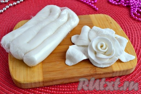 Отличная мастика, приготовленная из сахарной пудры и желатина, готова к использованию, ее, достав из холодильника, нужно немного согреть и обмять в руке.