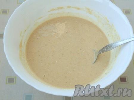 Муку просеять в миску вместе с содой и корицей, добавить щепотку соли. Смесь перемешать, чтобы не было комочков, затем влить оставшееся молоко. Блинному тесту дать постоять 20 минут.