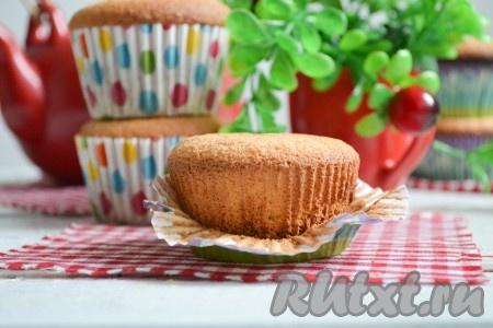 Кексы, приготовленные из бисквитного теста, получаются очень нежными, воздушными, легкими и мега вкусными. По желанию, их можно начинить джемом или сгущенным молоком, а также украсить любимым кремом.