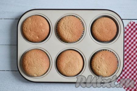 Выпекать в разогретой духовке при температуре 170 градусов 20-25 минут. Готовность кексов можно проверить деревянной лучинкой: необходимо проткнуть ею выпечку и сразу же вынуть, если лучинка осталась сухой - кексы готовы.