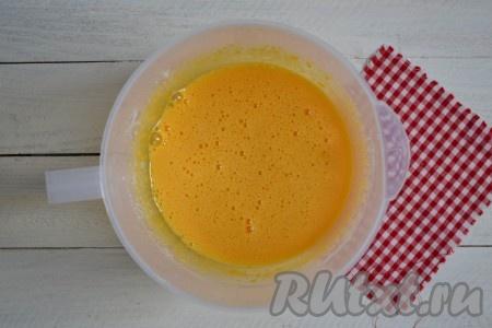 К желткам всыпать ванилин и взбивать миксером 3-4 минуты на высокой скорости. Масса должна стать однородной и пышной.