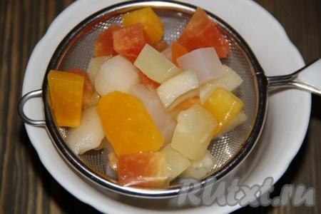 Кусочки консервированных фруктов откинуть на дуршлаг. Если вы готовите со свежими фруктами, то нарежьте их на кусочки.{amp}#xA;