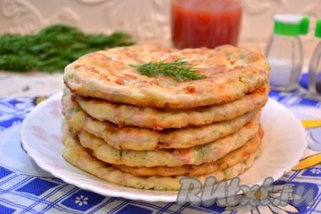 Очень вкусные лепешки, приготовленные с сыром и колбасой на сковороде, подать к столу в горячем или теплом виде. Хотя и охлажденные лепешки не менее вкусны.
