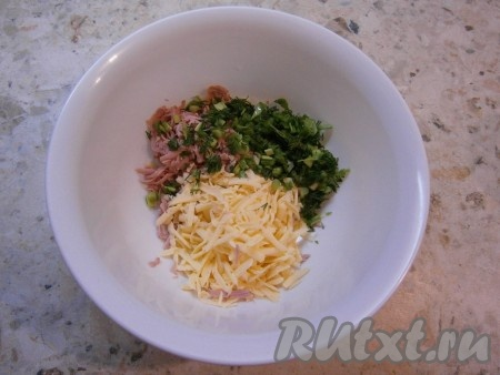 Добавить к сыру и колбасе измельченные укроп и зеленый лук.