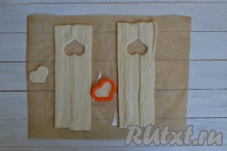 С одной стороны теста вырезать формочкой для печенья (форму формочки выбирайте по своему вкусу) отверстия, не доходя до края, примерно, 2 см.