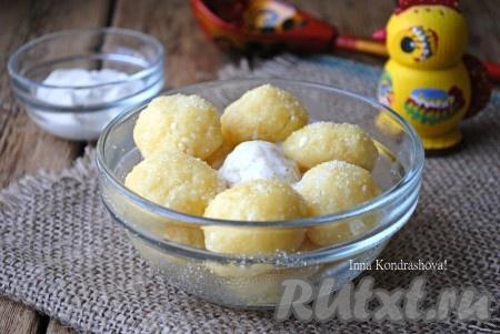 По желанию, ленивые вареники, приготовленные на пару, можно посыпать ещё сахаром и добавить сметану или сливочное масло.