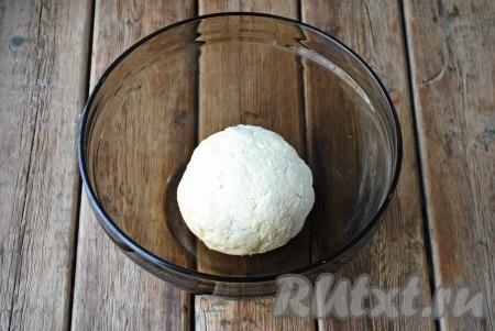 Замесить тесто, оно должно быть немного липким, но не крутым. Оставить его на 10 минут при комнатной температуре.